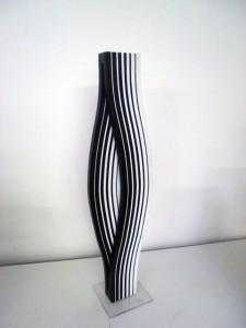 Sobrino, Sans titre, signé, 1975, Plexiglas torsadé NB, format 14x68x14 cm.